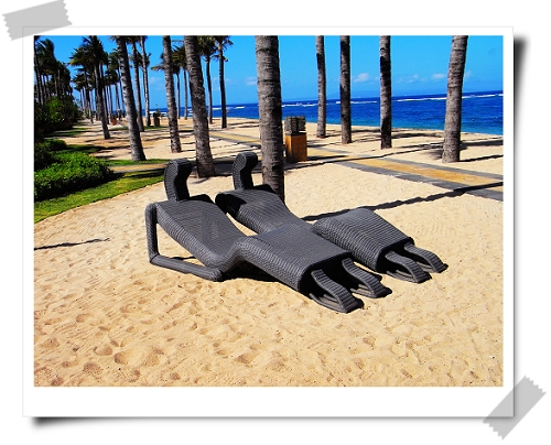 23 St. Regis-人型狀的沙灘椅.jpg