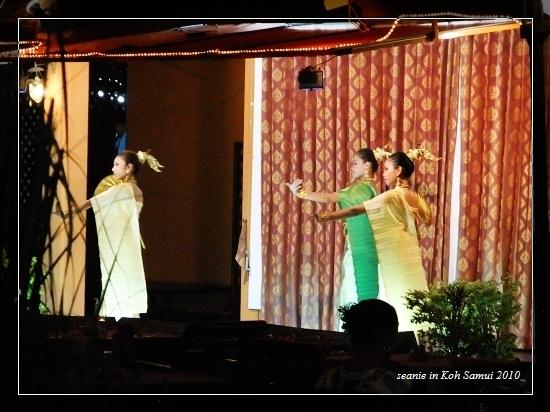 49路邊有些餐廳在表演傳統舞蹈.jpg