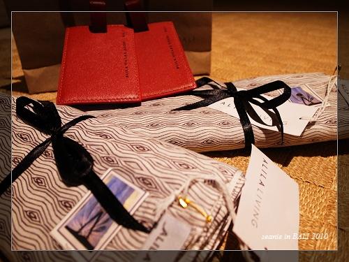 30傍晚Villa送來的紀念品皮製旅行名牌跟沙龍一件.JPG