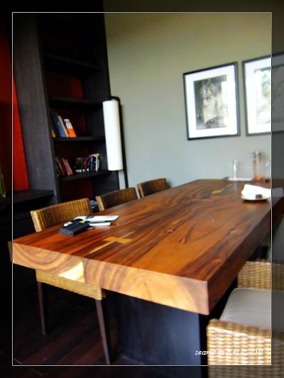 33一群人就佔據這個大木桌.JPG