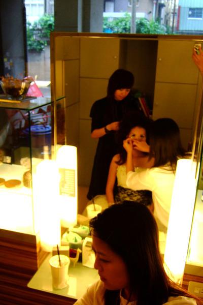 幫我補妝的是姿語,小瑩在幫我弄頭髮