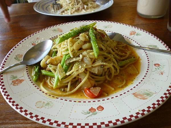 辣味蘆筍蟹腿麵。大里南風小館