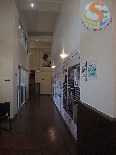 1 走廊 本校是屬於專業文憑課程 Associate兩年的program 讀完兩年可以申請三年的工作簽證