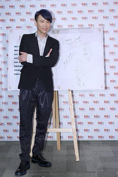 陶喆在紀念冊上簽上「勿忘我」「一帆風順」「步步高昇」