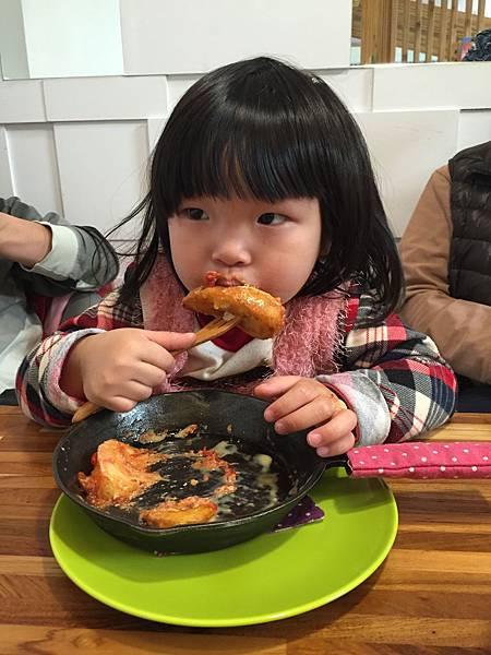 小手功能影響大腦 2-3歲用叉子