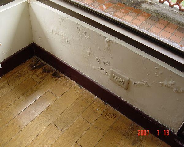 牆壁滲水潮溼,易成白蟻生存的最佳環境(001).jpg