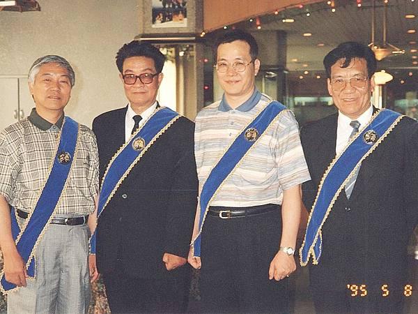 圖1 我為工作伙伴戴上CC美食俱樂部會章,左起王義民老師、聶鳳喬教授、我、邢振齡先生。