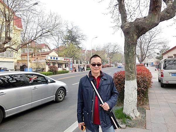 圖1 故園東望路漫漫(青島市街頭)