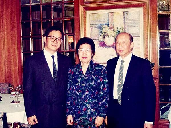 圖1 1991年我帶爸媽在香港港島香格里拉酒店56樓的Petrus法國餐廳用餐