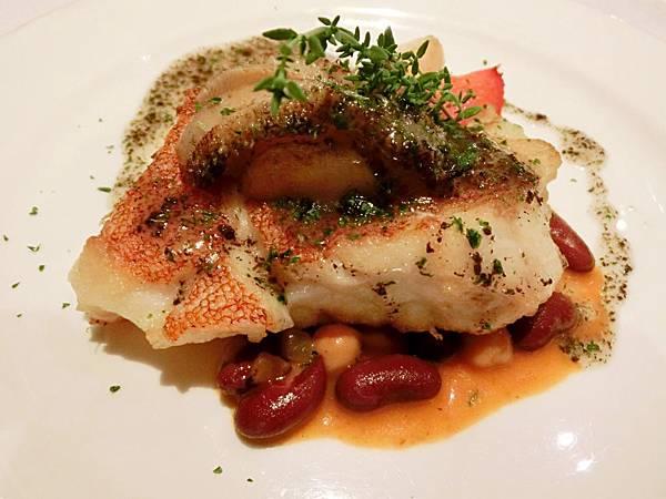 圖1 套餐主菜嫩煎鮮魚配南非鮑魚佐松露沙司