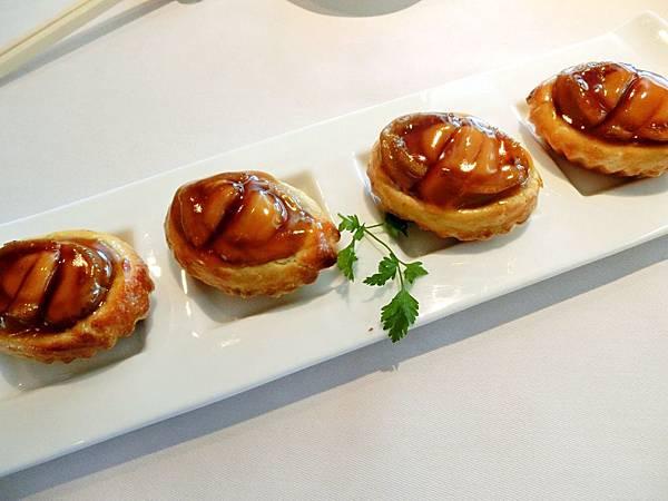 圖1 四季酒店龍景軒招牌美點「原隻鮑魚雞粒酥」