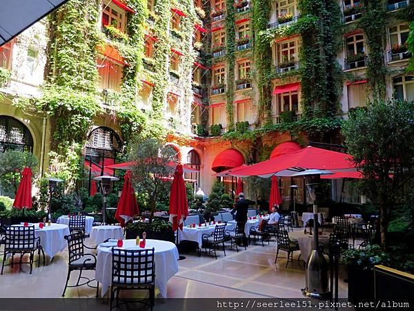 圖14 酒店中庭用餐區.jpg