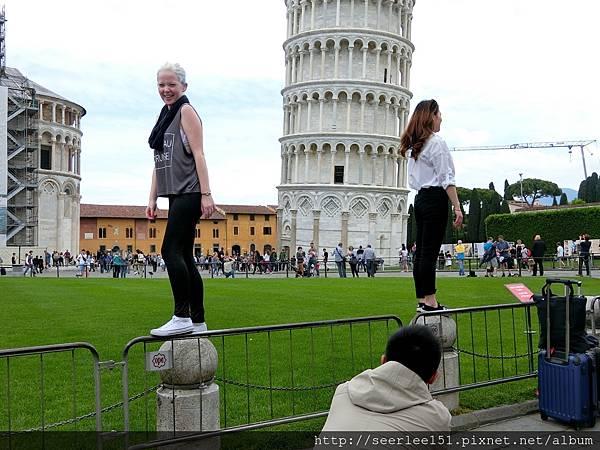 P12)遊客爭拍人與塔的趣味畫面.jpg