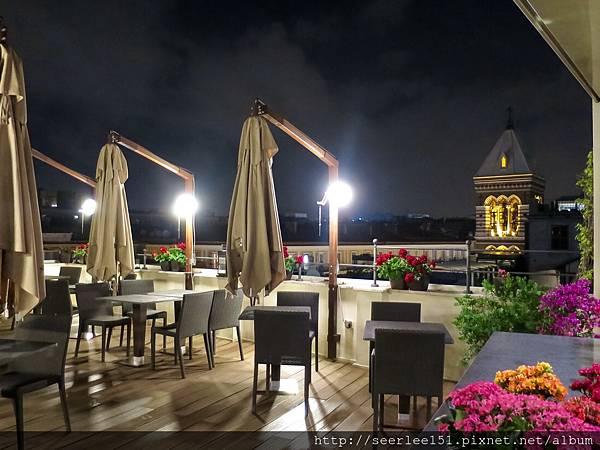 P5)酒店頂樓陽台上的夜景.jpg