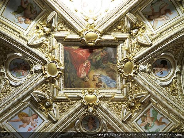 P22)博物館天花板上彩繪.jpg