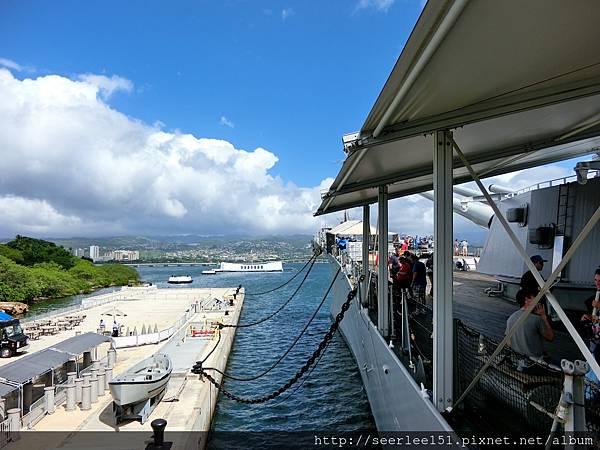 P10)登上密蘇里號眺望亞歷桑那號紀念館.jpg