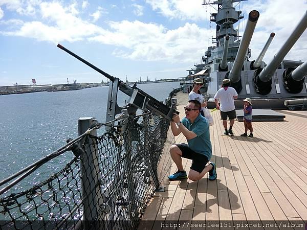 P11)我用密蘇里艦上50機槍射擊日本鬼子飛機的英姿.JPG