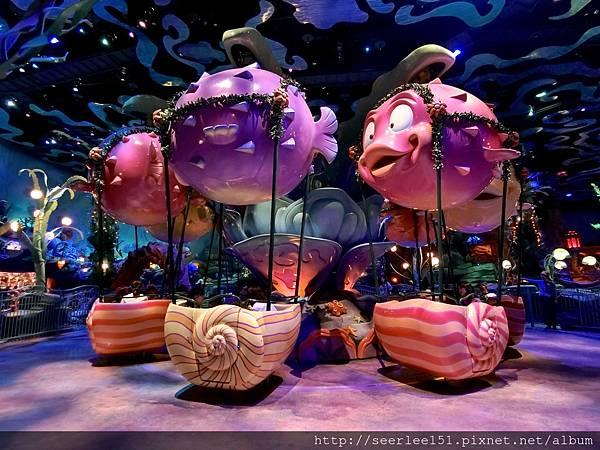 P19)美人魚劇演出廳門口的魚兒升降船.jpg