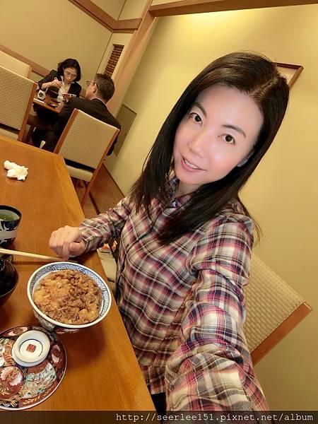 P8)芬兒開心享用著這裡的美食.jpg