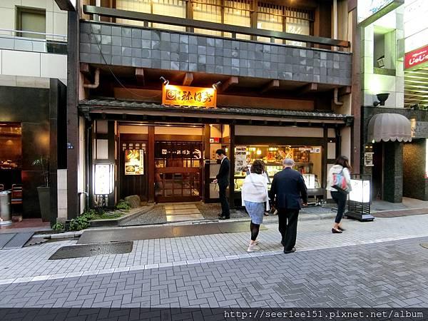 P10)正在慶賀百年店慶的袮保希.jpg