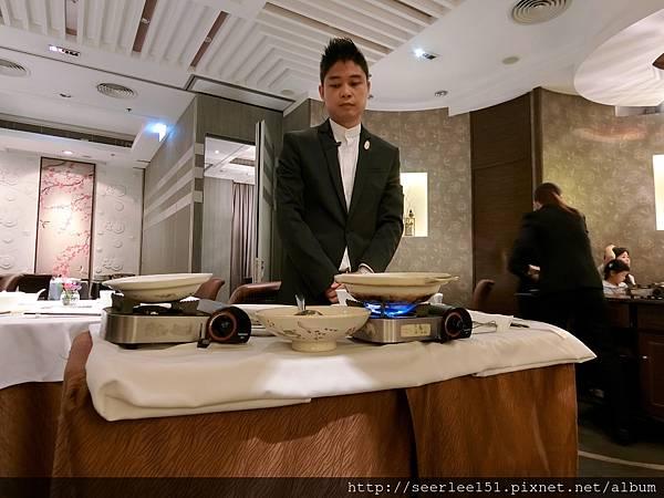 P16)桌邊料理的紅燒魚翅.jpg