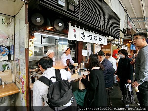 P7)築地市場的牛丼攤常害得觀光客見不到seafood.jpg