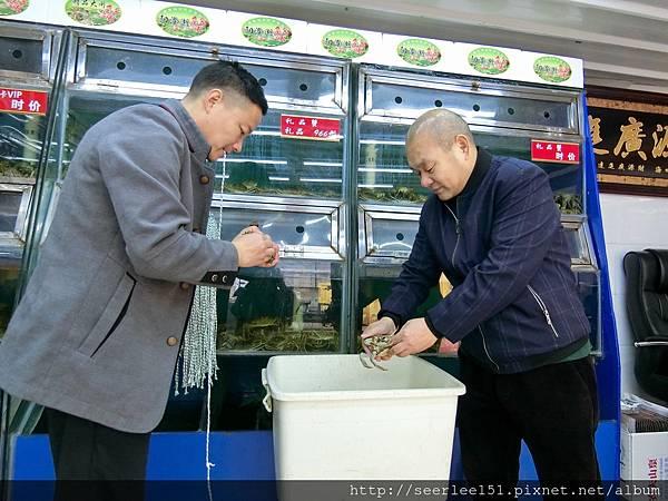 P9)光頭老闆親自幫我們選蟹綑蟹.jpg