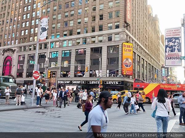 P6)位於最熱鬧的時代廣場商圈.jpg