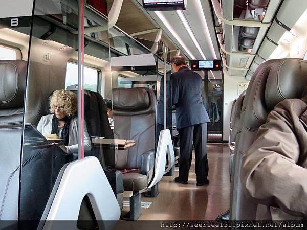 P16)觀察火車上形形色色的旅客很有樂趣.jpg