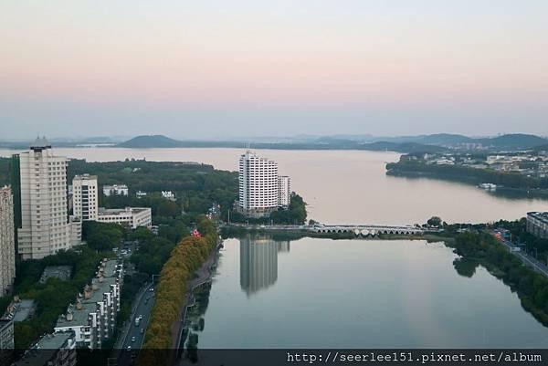 P7)從我們入住房間看出去的東湖美景.jpg