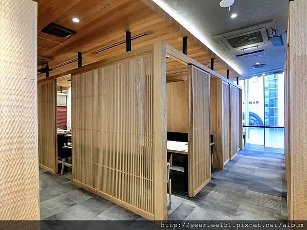 P8)店裡用餐環境相當不錯.JPG