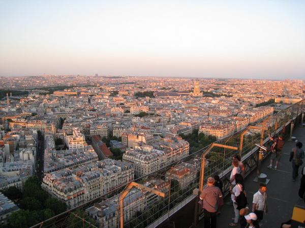 艾菲爾鐵塔囉-鐵塔樓上看夕陽-巴黎變粉紅色的!