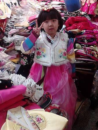 釜山鎮市場周歲試穿韓服.jpg