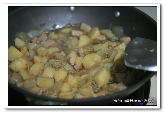 馬鈴薯燉肉完成囉!