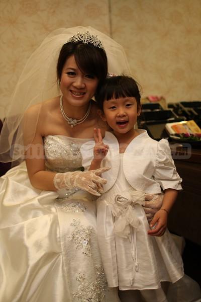 小花童和漂亮的「歐姨」合照.jpg