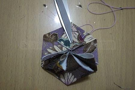 7.將每個角打開輕輕燙平,形成六片花瓣.jpg
