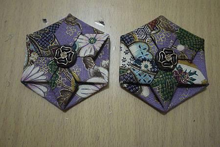 11.花中心加上包釦或造型釦裝飾,兩邊包表面製作完成.jpg