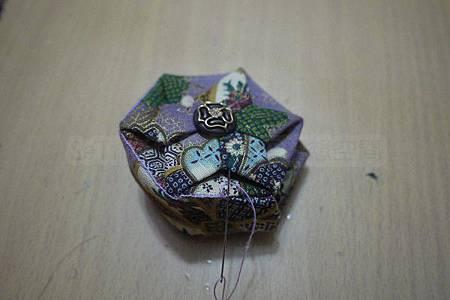 20.正面邊緣再用密鎖邊繡縫一次,增加堅固度.jpg