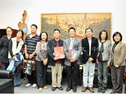 990129長河藝術館黃英峰等訪縣長--大合照.jpg
