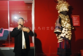 傳藝苗族節慶服飾文化特展開幕記者會--長河藝術文物館館長講解-2.JPG