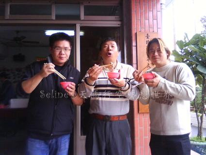 雙溪南天宮-家中三男大吃宮內好吃的素食平安餐.jpg
