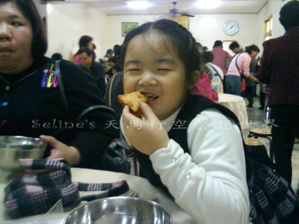雙溪聖南寺-羅妹吃地瓜炸吃的津津有味.jpg