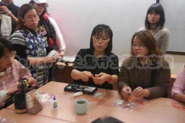 2010 11 13 學員們圍者老師學習纏花(2).jpg