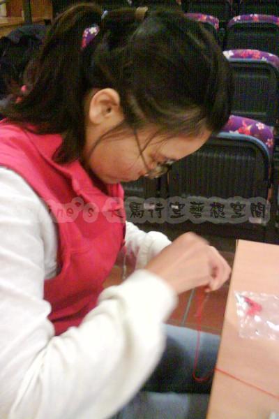 2010 11 13 學員們認真的在纏花(5).jpg