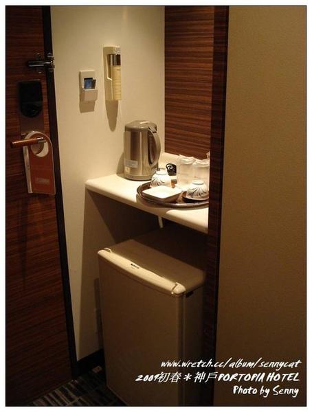 房門旁的茶水櫃