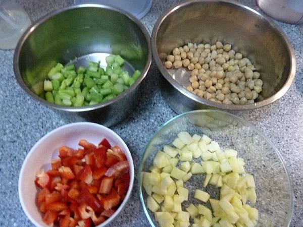 雞豆沙拉材料切丁
