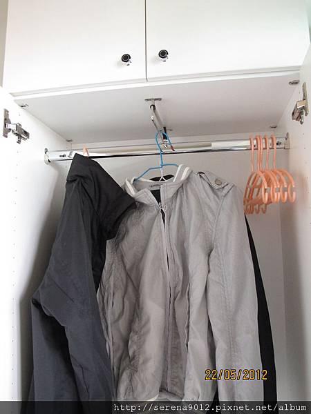 14_客廳高櫃內側_2個方向的吊衣架