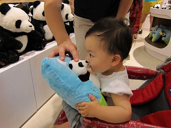 20110619_09_跟娃娃親親.jpg