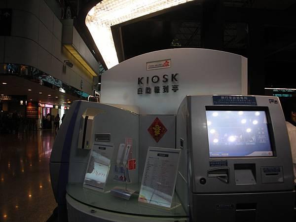 e-checkin報到機,刷護照就會自動列印登機證,完全不用排隊