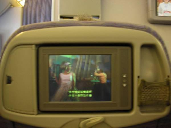 配備個人視聽設備的好飛機,我在機上看完「髮膠明星夢」囉